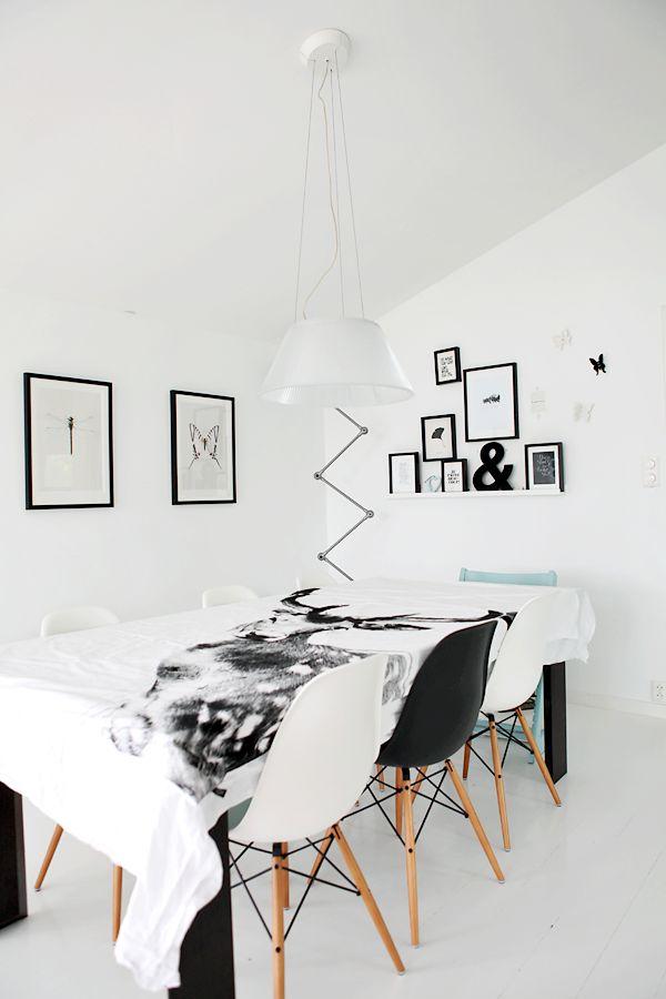 アニマルがプリントされたテーブルクロスは北欧らしいですね。白と黒でコーディネートされたモダンなダイニング空間です。