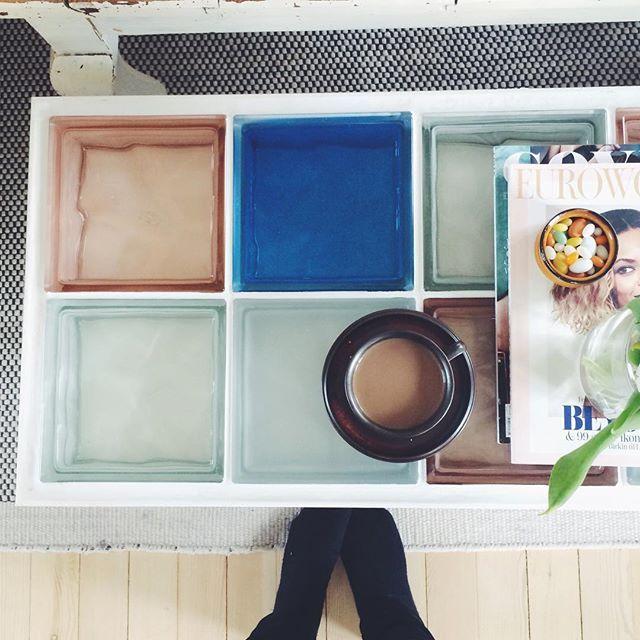 New coffeetable ☕️🔷🔨 • Jeg har bygget et lille bord af lister og glasfliser. Jeg er så stolt af projektet✨ Hvis I har lyst til at se lidt flere billeder ligger de på min blog 💫 #diytable#påskeprojekt#glasbord#farvetglas#fliser#myhome