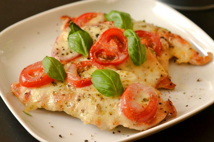 Mozzarellás paradicsomos (caprese) csirkemell recept: Nagyon finom, és nagyon gyorsan elkészíthető recept pár hozzávalóból.