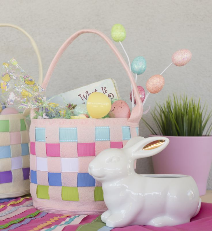 This easy Easter basket sewing project unzips and lays flat for storage!  It also turns into a checkerboard for kids to play games on - try using Easter candy as game pieces!