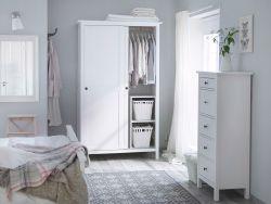 Tradicionális fehér hálószoba, HEMNES gardróbbal és fiókos szekrénnyel, fehér színben