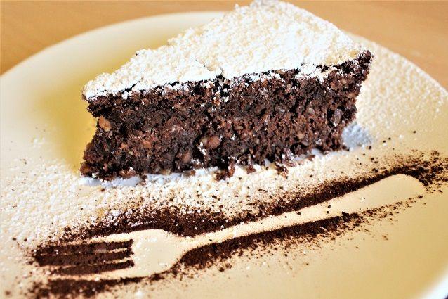 La torta caprese è un dolce tradizionale napoletano che ha origine a Capri ed è a base di cioccolato e mandorle senza l'aggiunta di farina.