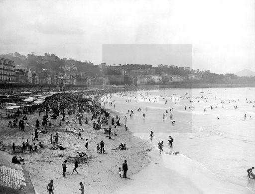 DÍA DE PLAYA: San Sebastián, agosto de 1935.- Numerosos veraneantes disfrutaron en el agua o bajo los toldos, de una mañana soleada en la playa de la Concha. EFE/aalafototeca.com Image : efespsix934075