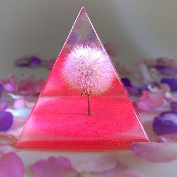 Heldere hars, Neon roze, kleine Oregonian paardebloem piramide Keepsake! Sommigen zien een onkruid Sommigen zien een wens!  Afmeting: H 2 7/8 x W 2 1/4  Handgemaakte unieke stuk, een van een soort! Grote Oregonian Paardebloem Wishie is insluiten in glasheldere hars. De glas-achtige piramide, kunt de paardebloem van alle kanten worden bekeken. Deze magische kunst decor piramide behoudt het bladerdeeg in heldere hars te verlenen uw wensen voor meerdere generaties te volgen.  Witte Cam...