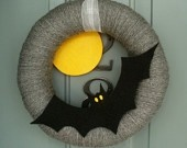 Halloween Wreaths: Halloween Yarns Wreaths, Doors Decor, Fall Halloween, Halloween Fal, Felt Wreaths, Halloween Wreaths, Green Backgrounds, Bats Wreaths, Halloween Ideas