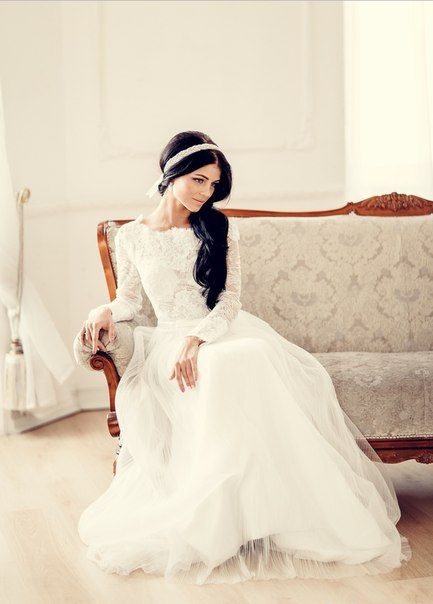 Модное в этом сезоне головное украшение - свадебный ободок с завязками.