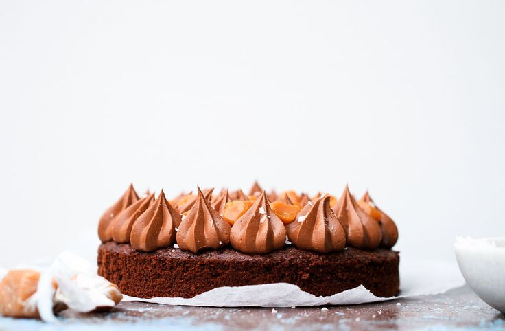 Kladdkaka med chokladfrosting och salt smörkola