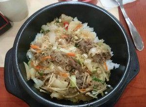 Bibimbap Bulgogi. Nog een heerlijk recept uit Korea! Dit gerecht heb ik er vaker gegeten. Bibimbap betekent letterlijk gemixte rijst en bulgogi is dungesneden gemarineerd rundvlees. Het gerecht is zeer smakelijk en wordt in Korea geserveerd in een gloeiend hete, traditionele zwarte 'hotpot'. Als je dit gerecht thuis maakt kan je de rijst gewoon in een pan koken en het vlees en de groenten bakken in de wok.    #Bibimbap #Bulgogi #koreaans #glutenvrij #lactosevrij