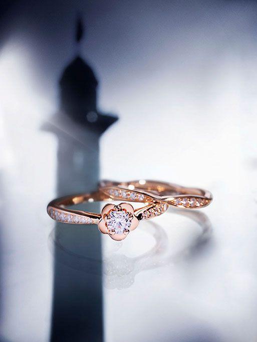 マドモアゼル シャネルが最も愛した花-カメリア。 エレガントなカメリアの花をモチーフにした「カメリア コレクション」に、ピンクゴールドのエンゲージメントリングとマリッジリングが登場します。 ピンクゴールドの温かみのあるやわらかな輝きと、カメリアの優美な存在感が、花嫁の手先を彩ります。 #CHANEL #シャネル #ウェディング #wedding #リング #AneCan