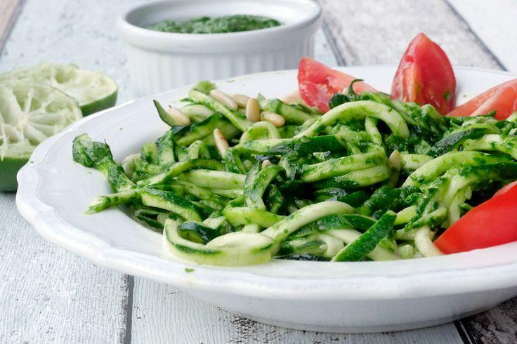 Das Rezept für die Zucchininudeln mit Avocado-Pesto und Babyspinat eignet sich perfekt für ein leichtes und gesundes Low Carb Abendessen.