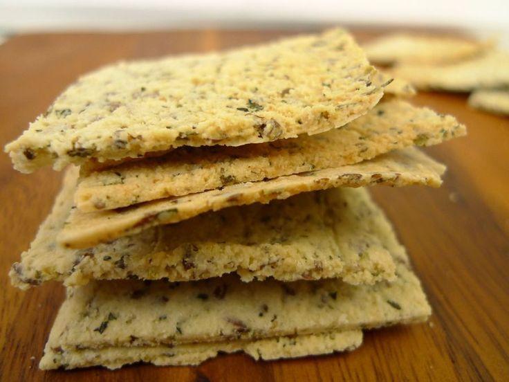Glutenvrije crackers maak je gewoon zelf! Deze crackertjes bestaan uit amandelmeel, eiwit, lijnzaad en Italiaanse kruiden.  | http://degezondekok.nl
