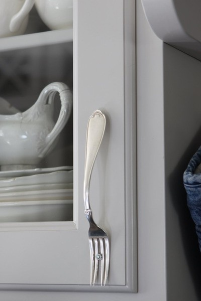 Use vintage fork as door handle (you might want to lacquer it beforehand to prevent tarnishing... Repinned by www.silver-and-grey.com