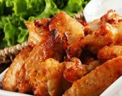 Alitas de pollo al estilo oriental  con dips de queso azul y mayonesa de curry