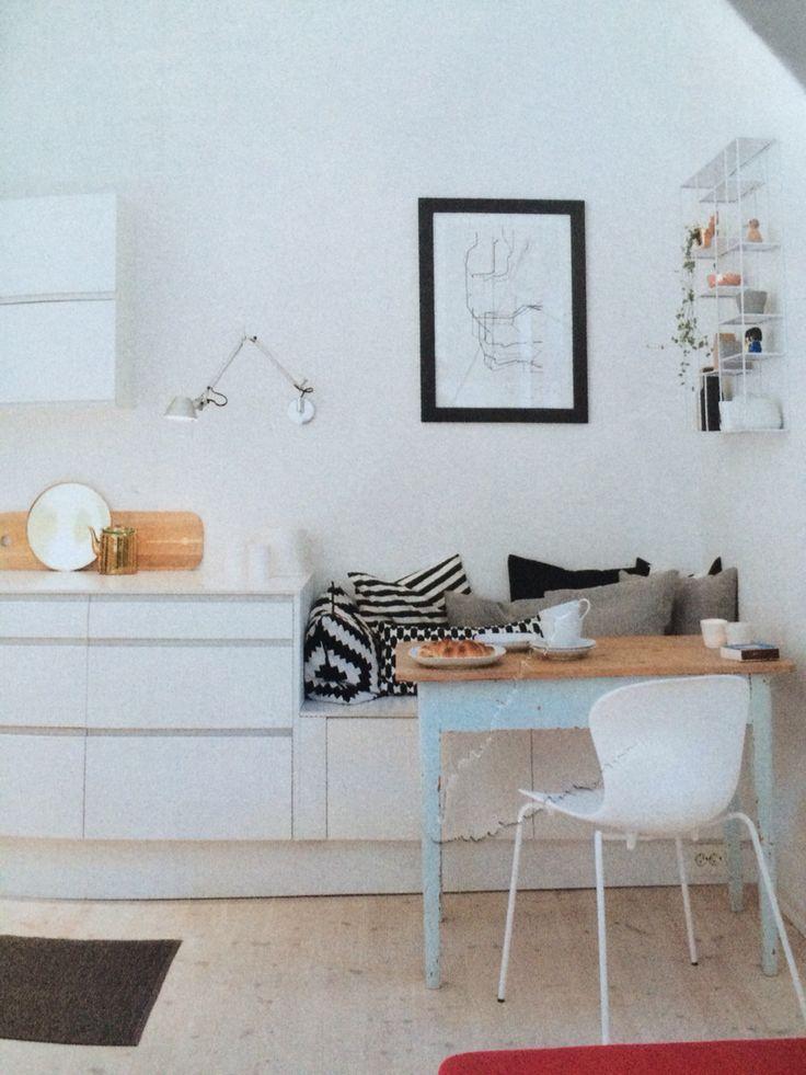 Fortsette med kjøkkenskap som sitteplass på enden av kjøkkenbenken.