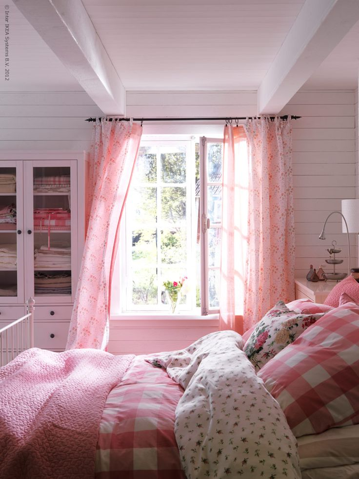 Lovely bedroom but would do it in blues .....