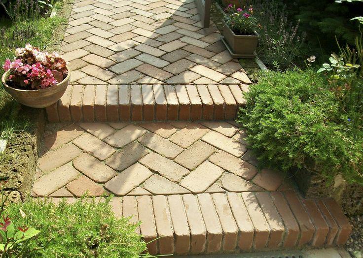 Oltre 25 fantastiche idee su pavimentazione da giardino su - Scale per giardini ...