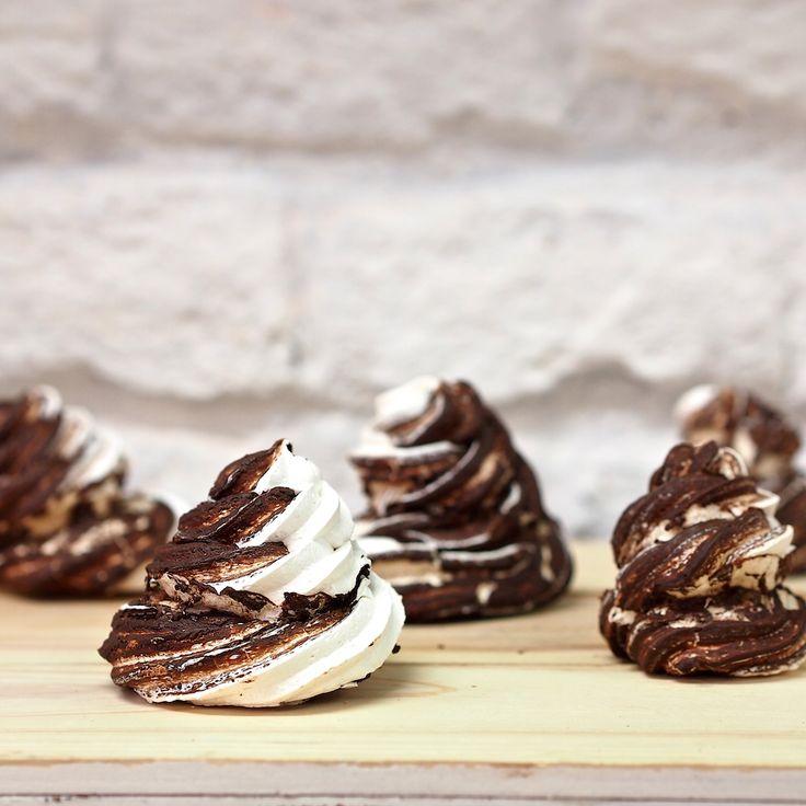 Další variace na pusinky, po kterých se u mě v pekařství jen zaprášilo. Kombinace sladkého bezé a hořké čokolády byla skvělá!   Suro...