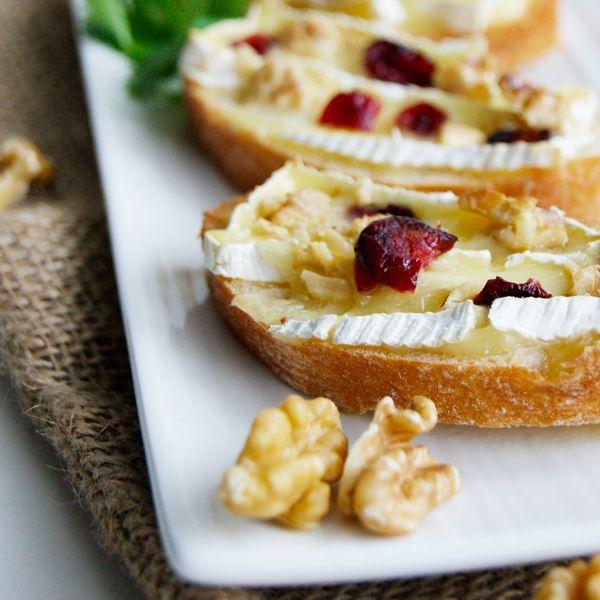 Grzanki z serem pleśniowym i żurawiną