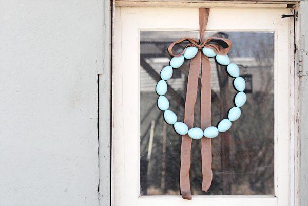 Speckled Egg Wreath Easter Craft via Crafts Unleashed