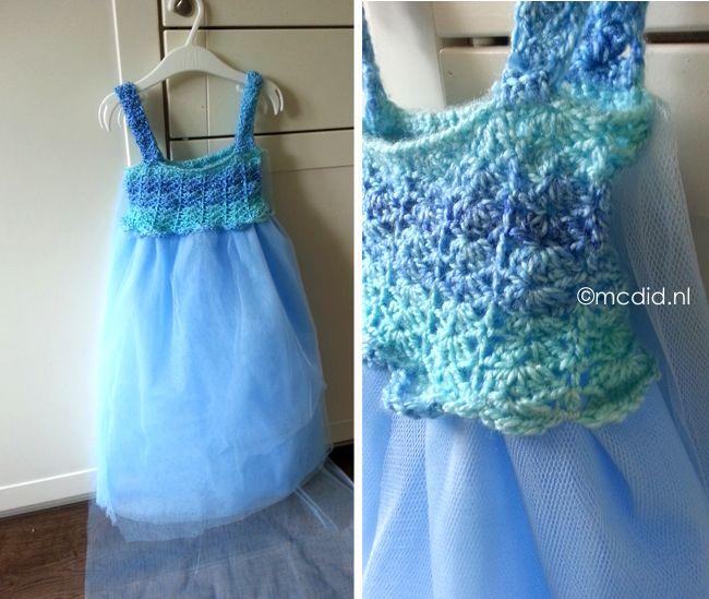 DIY Elsa Frozen dress with crochet and tule. Little girls love it! Maak zelf een Elsa jurk voor meisjes. Haak de helft, maak de onderkant van tule.