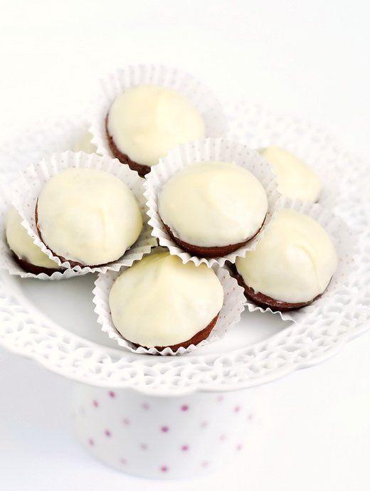 Мини браунис с глазура от бял шоколад