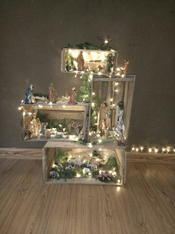 Weihnachtskrippe mit Holzkisten und LED-Leuchten  – All about Christmas