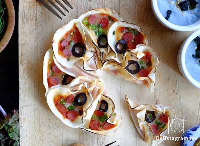 ouchigohan.jp 2017/10/30 12:30:38 delicious photo by  @chi_sun_sun . 餃子って魅力的ですよね✨おかずにもなるし、おつまみにもなるし、お弁当にも持っていけるし😋🍴 ですがおうちで餃子を作るとついつい餃子の皮が余りがちになってしまいます…。今日はそんなときに使いたいアイデアを見つけました📸✨ . こちらは @chi_sun_sun さんのフラワーピザ🌸❣️ 餃子の皮にピーマン、ウインナー、ブラックオリーブなどの具材で焼き上げてつくるフラワーピザは、従来の餃子ピザと違って一つひとつが取りやすく華があるのがポイント🤔💡可愛くアレンジされていてホムパにもぴったり👏🎉 . 餃子の皮もアレンジ次第で可愛い料理があるなんて夢がありますよね💕 ぜひ餃子の皮が余っている方は試してくださいな。私も早速試してみよっと🍳✨ . --------------------------- ◆#デリスタグラマー #delistagrammer #LIN_stagrammer…