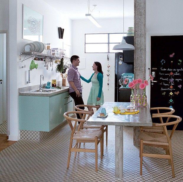 Cozinha | O ladrilho hidráulico Margarida, da Vianarte, unifica o piso do living e da cozinha. A cor da padronagem definiu a escolha do verd...