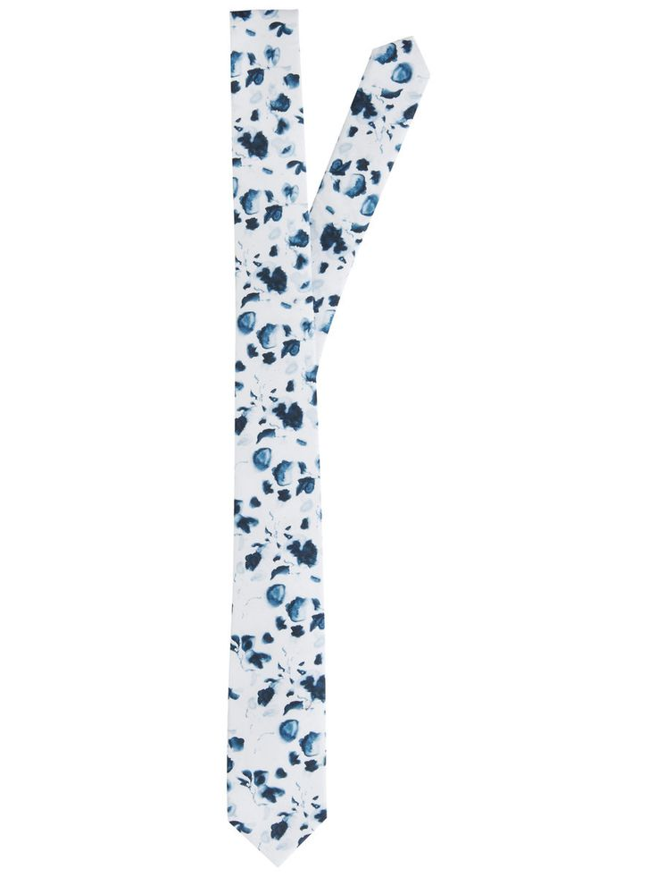 If he's not afraid of floral prints, he'll love this tie. Perfect for an elegant touch at weddings, anniversaries or celebrations | JACK & JONES #gifts #men #him #boyfriend