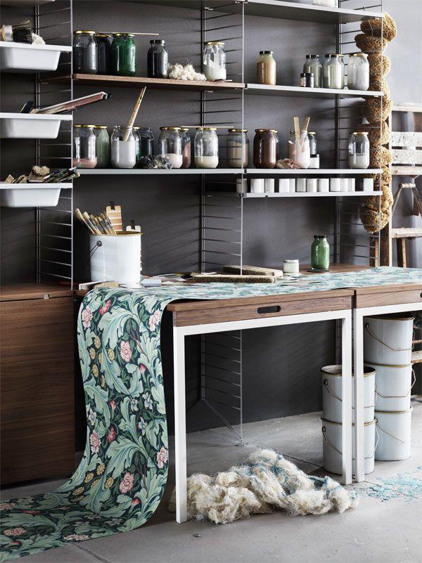 De string wandkasten voorzien uitschuifbare tafels om zo de ruimte optimaal te benutten.