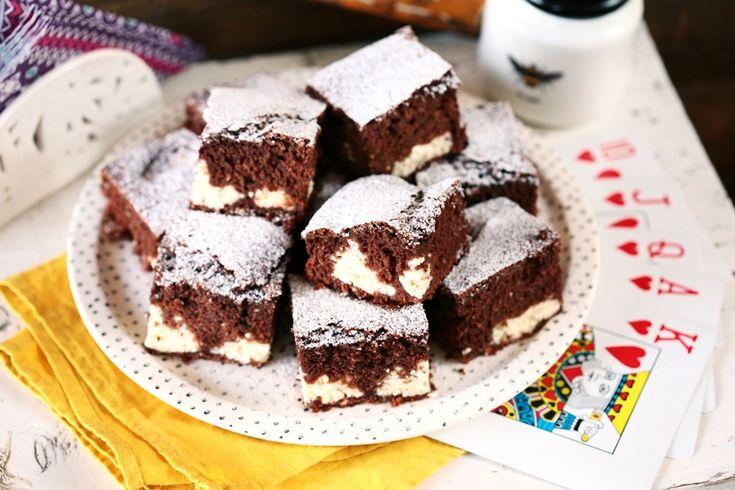 """Szeretjük a retró édességeket, de csak akkor, ha azok tényleg finomak. Így vagyunk ezzel a kakaós piskótás, túrós sütikével is, amit rettentően egyszerű összedobni, és pont ilyen egyszerű felfalni is. Amíg pedig megsül a """"bocika"""", addig mehet a nosztalgia! :D"""