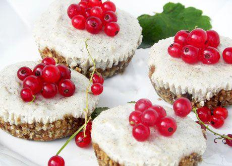 Ljuvligt goda och nyttigare än vanliga bakelser. De formligen smälter i munnen.  Toppa med röda vinbär, hallon eller blåbär.