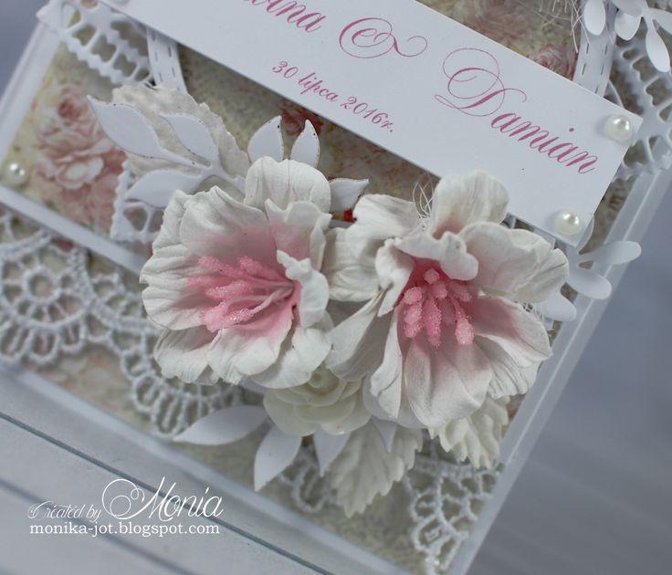 Dziś kartka ślubna z moimi kwiatami robionymi za pomocą wykrojników Lean Creatif z papieru czerpanego z Namaste .      Użyłam koronek prawdz...