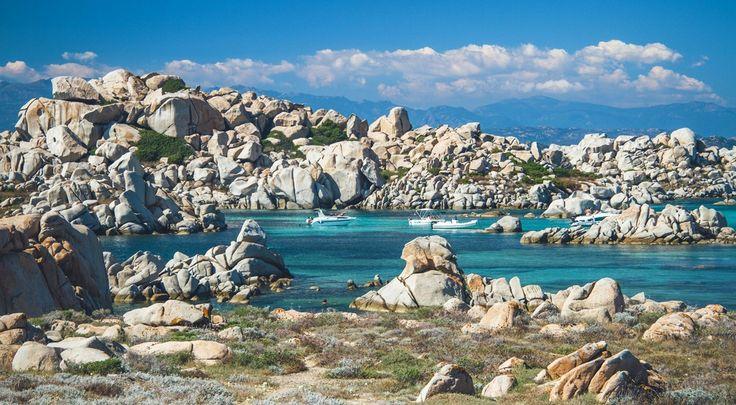 Gwarantowana pogoda, złocista plaża, turkusowa woda, a wokół nietypowa roślinność i niezwykłe formacje skalne - to typowy obrazek...