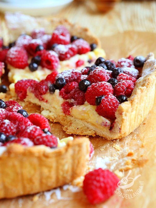 CROSTATA AI FRUTTI DI BOSCO Ci sono dessert che sono veri e propri trionfi di frutta: questa Crostata ai frutti di bosco soddisferà la vostra voglia di freschezza e di golosità pura! #crostataaifruttidibosco #crostataallacrema #crostatafruttidibosco