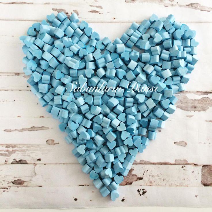 Mutlu haftalar  Kalpli kokulutaş kampanyam devam ediyor  300 adet 45₺ dir.  Kalplerin boyutu 1 cm dir. ( lütfen boyutuna dikkat edin ) Süsleme fiyata dahil değildir Kokulutaşı benden al süslemesini kendin yap kampanyası  4-5 adeti bir arada dağıtmalık olarak kullanabilirsiniz  İstenilen renk yapılabilmektedir Fotoğrafta 450 adet kalp kokulutaş bulunmaktadır.  Ödeme; havale/ eft  Hazırlanma süresi 4 gün dür #düğün #nişan #söz #kına # #özelgün #dişbuğdayı #mevlüt #bebekm
