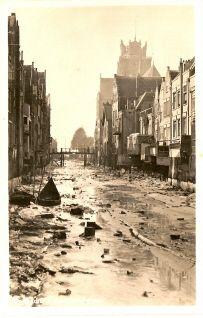 historie Dordrecht; Laag water Voorstraathaven. Voorheen was het verschil tussen eb en vloed goed zichtbaar in de stad. De huizen aan de Voorstraathaven zijn eigenlijk dijkhuizen. De woningen moeten met hoog water beschermd worden met schotten tegen het hoge water