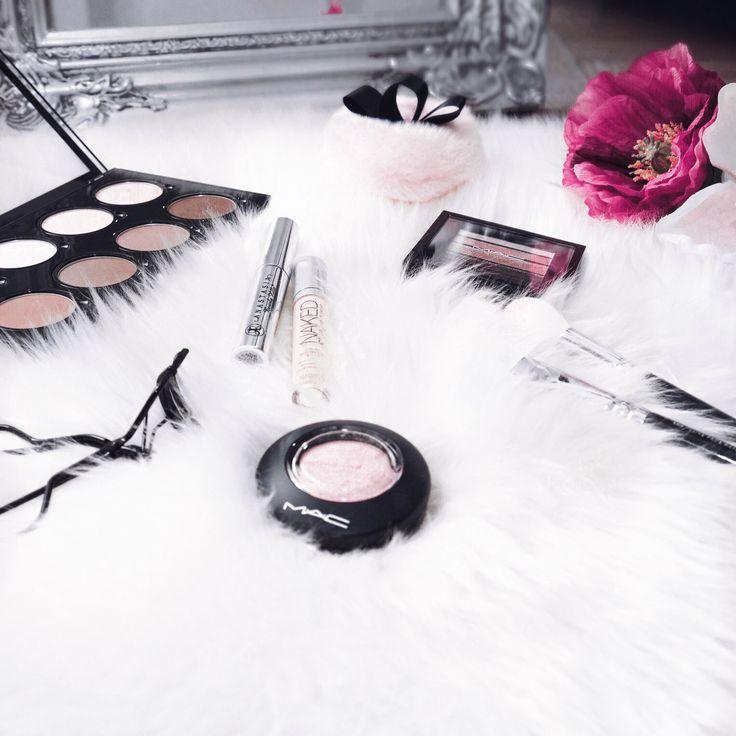 MakeUp, Pouder, Blush, Eyelash curler, Flower.