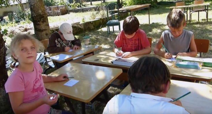 En pleine nature, dans le Diois (Drôme), à l'école Caminando, les enfants apprennent à coopérer, à communiquer et à jardiner au même titre qu'à progresser en mathématiques et en français. Ou comment prendre le temps de nourrir tous les talents sans distinction. L'école Caminando c'est : une école primaire laïque privée, hors contrat, gérée par …