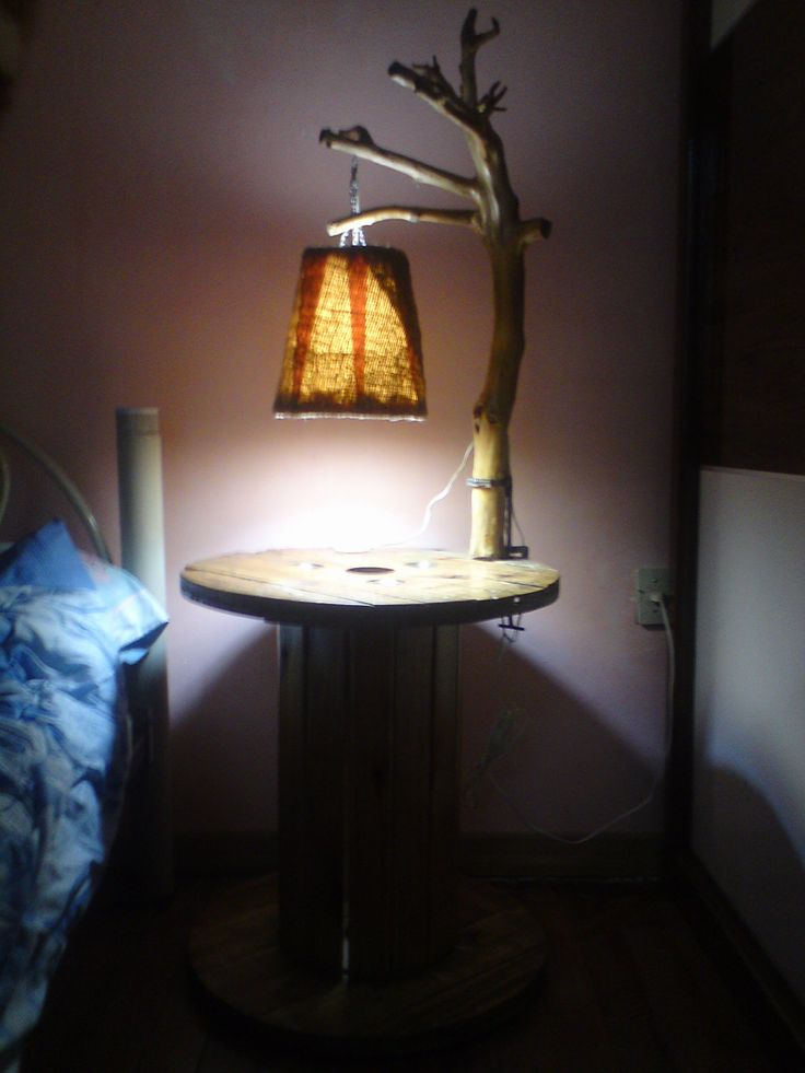 Lamp made from a tree branch and bedside table made of a recycled wooden wire spool. Mesa de noche mas lampara 100% de maaterial reciclado, realizada en ca