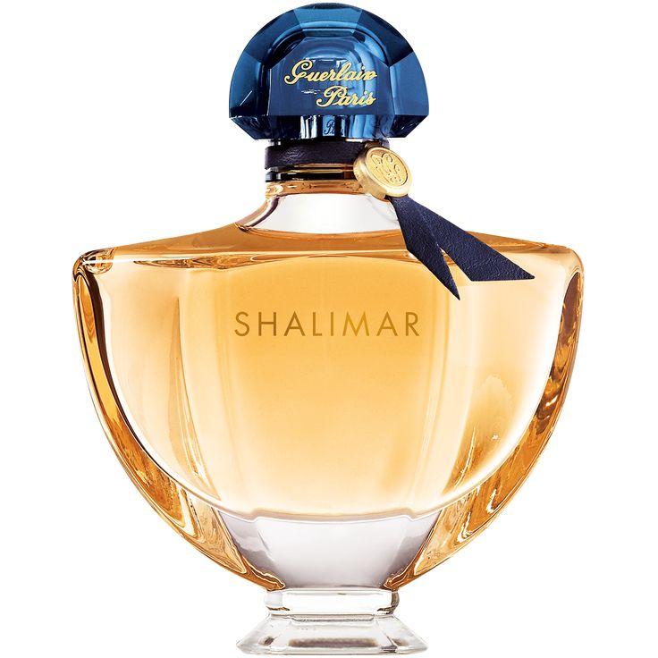 """Inspirado en la apasionada historia de amor entre un emperador y una princesa india, Shalimar, que significa """"templo de amor"""" en sánscrito, simboliza la promesa del amor eterno. Es una fragancia del deseo. Con su carácter apasionado y ligeramente insolente, esta fragancia oriental emblemática en la historia de la perfumería encarna la sensualidad de la caricia con un toque de lo prohibido. """"Llevar Shalimar es dejarse dominar por los sentidos"""", afirmaba Jacques Guerlain.  Creada especialm..."""