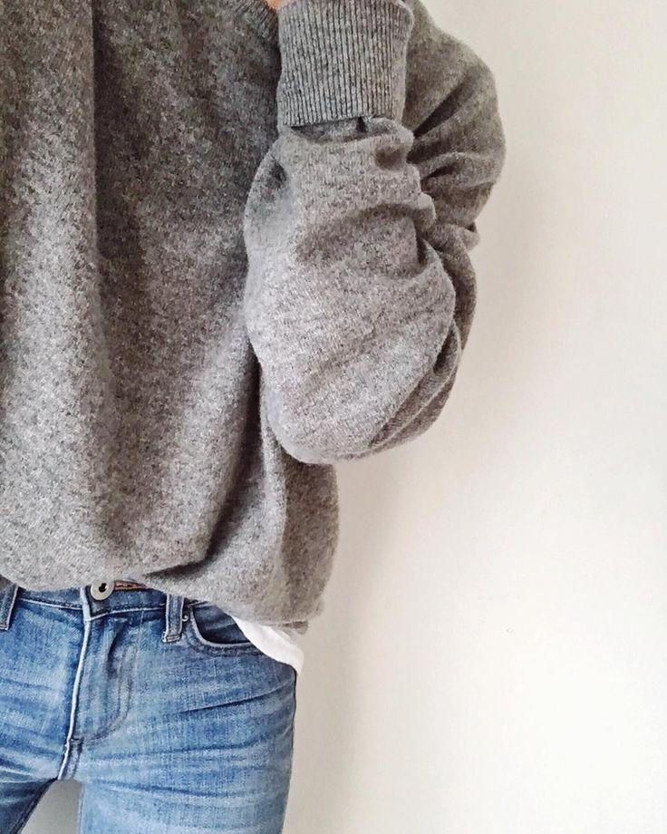 Lichte jeans, witte bloes, grijze trui