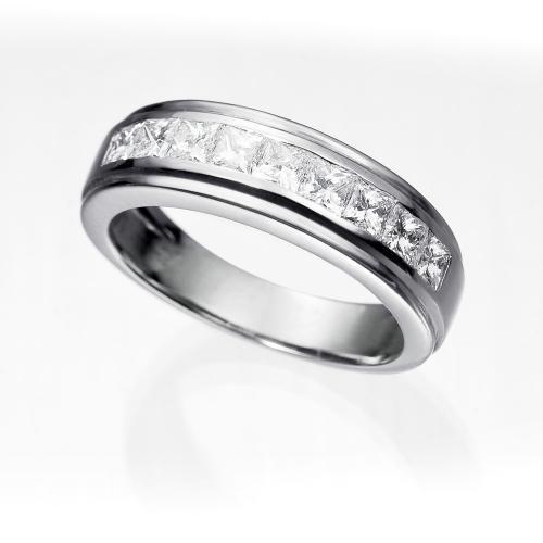 Alianza de diamantes ATENAS (1,00 qts.). Alianza con diamantes talla princesa de 1,00 quilate de peso total, con calidad muy buena (G/SI), engastados en una montura de oro blanco de 18 kilates con doble bisel.