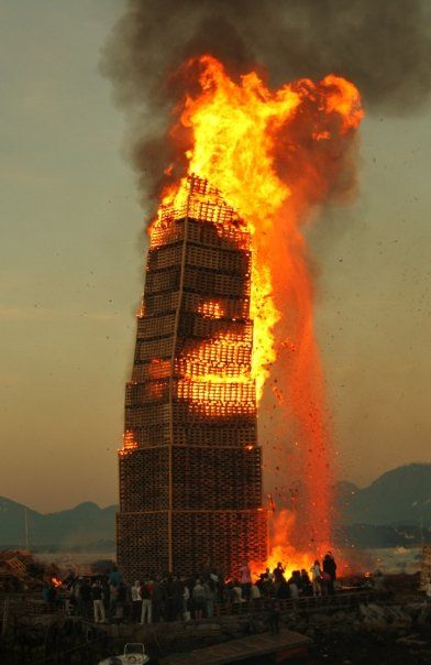 Best TOWER Images On Pinterest Bonfires Pallets And Roosevelt - Norway creates biggest bonfire world