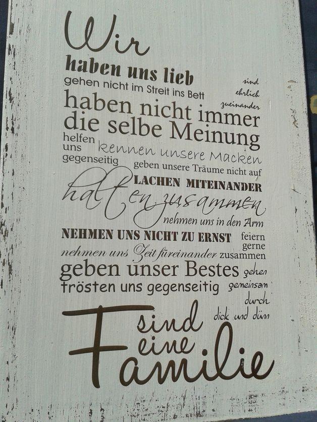 """Weißes Holzschild mit der Beschriftung """"Wir.... sind eine Familie""""  Es ist ein schönes Geschenk zur Hochzeit, aber auch als Mitbringsel zu Familienfeiern oder Geburtstagen macht es durchaus etwas..."""