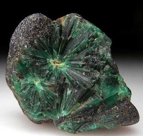 Star Emerald  har faktiskt skrivit o frågat om denna är till salu, grön stjärna ;) även om det var nog inte riktigt så jag tänkte mig en grön stjärnsafir som har visat sig vara omöjlig att hitta (inte gett upp)