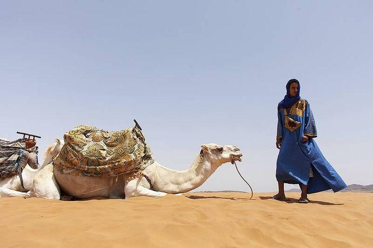 Saharassa miehillä on indigolla värjätyt vaatteet ja turbaanit. #Morocco #Aurinkomatkat