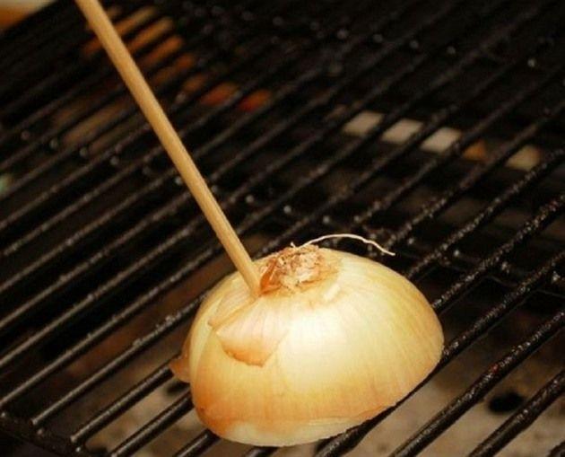 Odstraňovat zaschlou mastnotu z grilu je peklo. Přitom stačí půlka cibule, která to hravě zvládne za vás.