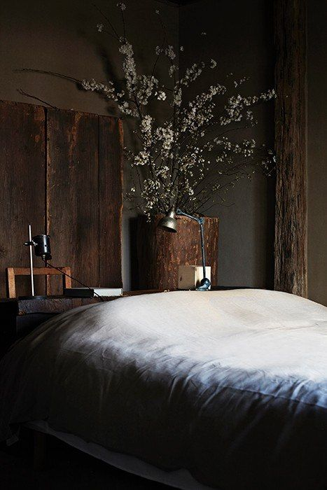 dark colours, cool linens, huge flower display and rustic woods - I'm in love!