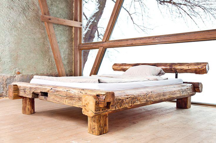 Rustikales Bett aus handgehauenen Dachbalken einer alten Fabrik. Holzart ist Fichte, Kiefer oder Tanne. Die alten Zapflöcher wurden erhalten. Oberfläche mit Hartwachsöl behandelt.  Matratzengröße: 200cm x 140cm
